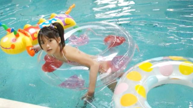 ボーダー柄の紐ビキ二姿でプールで浮き輪で遊ぶU12JSジュニアアイドルさわこちゃん