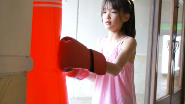 ピンクのワンピース姿でボクシンググローブをはめてサンドバックにパンチするU12JSジュニアアイドルさわこちゃん