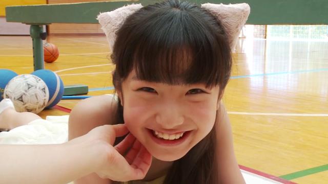 顎をなでられるネコ耳レオタード姿のU12JSジュニアアイドル佐々木桃華ちゃん