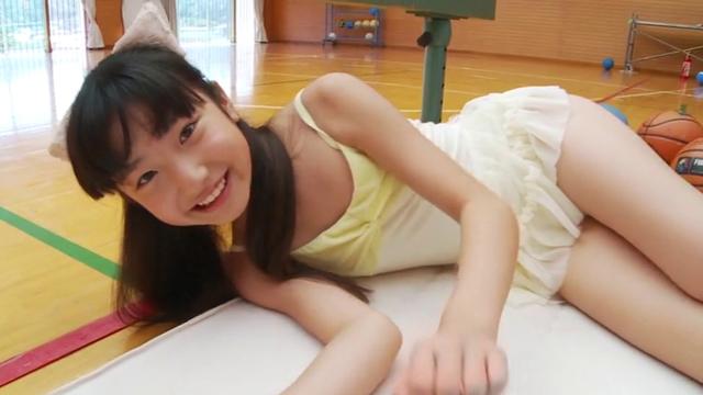 寝転んでポージングするネコ耳レオタード姿のU12JSジュニアアイドル佐々木桃華ちゃん