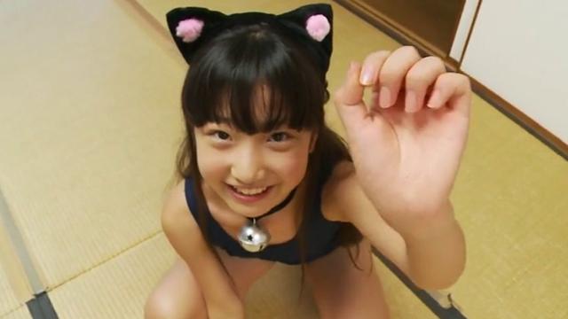 スク水ネコ耳姿でニャンニャンポーズをとるU12JSジュニアアイドル佐々木桃華ちゃん