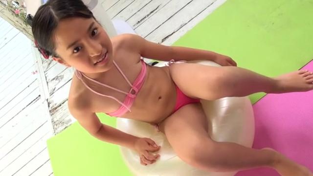 バランスボールに跨るピンクの極小チューブトップビキ二姿のU12JSジュニアアイドル中村早希ちゃん
