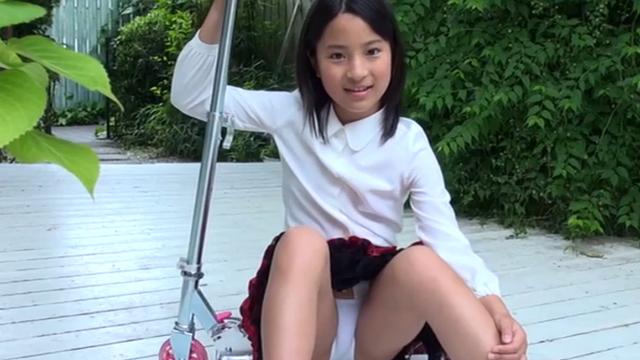 キックボードの上に腰をおろす制服姿のU12JSジュニアアイドル中村早希ちゃん。スカートの中が見えている