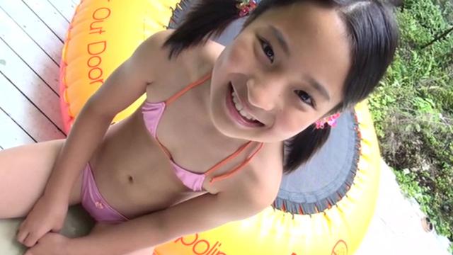トランポリンに座るピンクの極小ビキニ姿のU12JSジュニアアイドル中村早希ちゃん