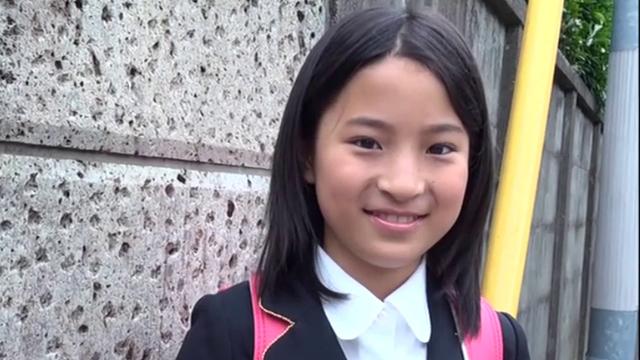 ランドセルを背負って微笑む制服姿のU12JSジュニアアイドル中村早希ちゃん