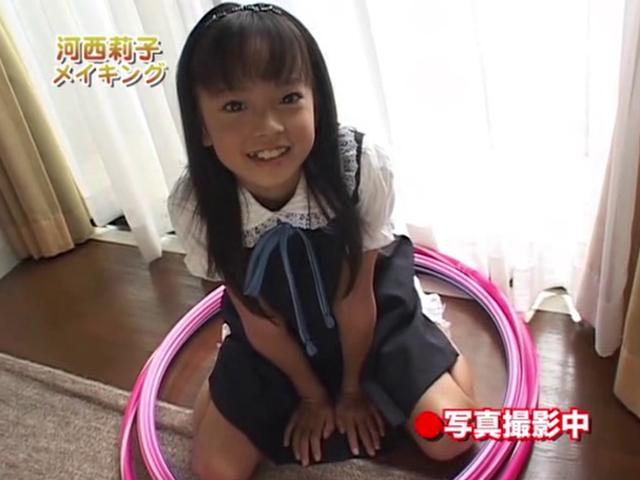両手を前について女の子座りでポージングするワンピース姿のU12JSジュニアアイドル河西莉子ちゃん