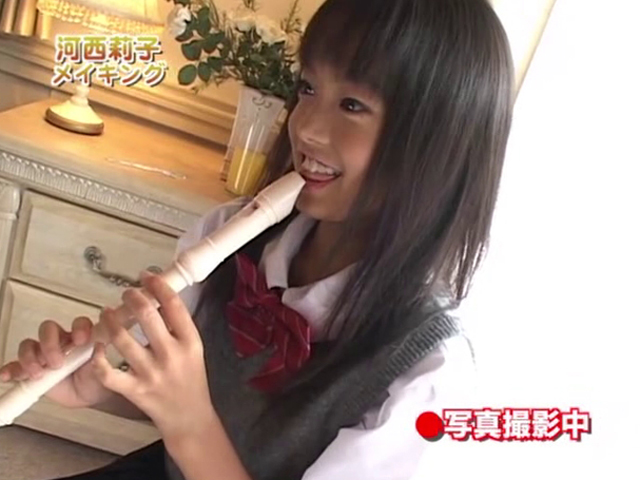 リコーダーを吹く制服姿のU12JSジュニアアイドル河西莉子ちゃん