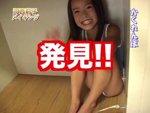 体育座りして笑顔で手を振るレオタード姿のU12JSジュニアアイドル河西莉子ちゃん