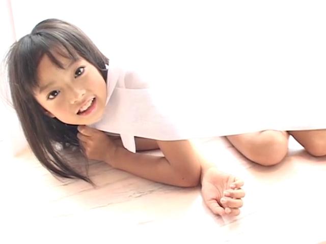 カーテンに包まって寝そべるU12JSジュニアアイドル河西莉子ちゃん