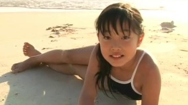 スクール水着姿でビーチでポージングするU12JSジュニアアイドル岡本桃佳ちゃん
