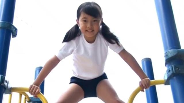 公園の遊具で遊ぶ体操服ブルマ姿のU12JSジュニアアイドル岡本桃佳ちゃん