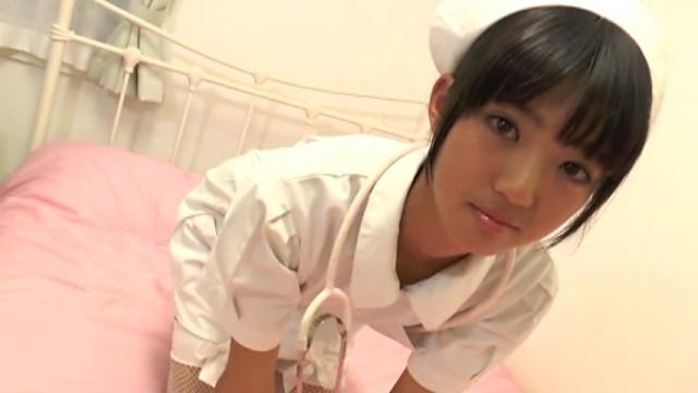 ベッドで四つん這いになるナース服姿のU15JCジュニアアイドル榊芽里ちゃん