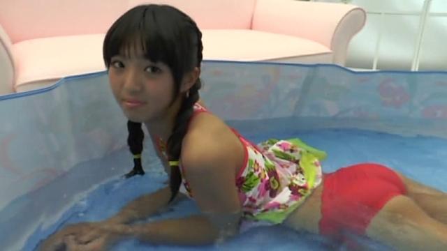簡易プールで寝そべってポージングする花柄水着姿のU15JCジュニアアイドル榊芽里ちゃん