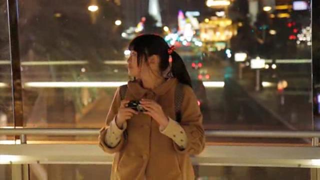 カメラを手に持っているU15JCジュニアアイドル水野舞ちゃん
