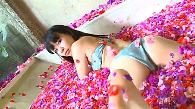 花びら入浴するチューブトップビキ二姿のU15JCジュニアアイドル石野瑠見ちゃん