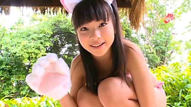 しゃがんでにゃんにゃんポーズをとるピンクのビキニにネコ耳をつけたU15JCジュニアアイドル石野瑠見ちゃん