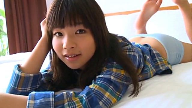ベッドで寝そべってポージングするチェック柄のシャツを着たU15JCジュニアアイドル石野瑠見ちゃん