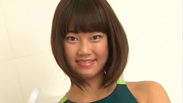 微笑む競泳水着姿のU15JCジュニアアイドル山田りかこちゃん
