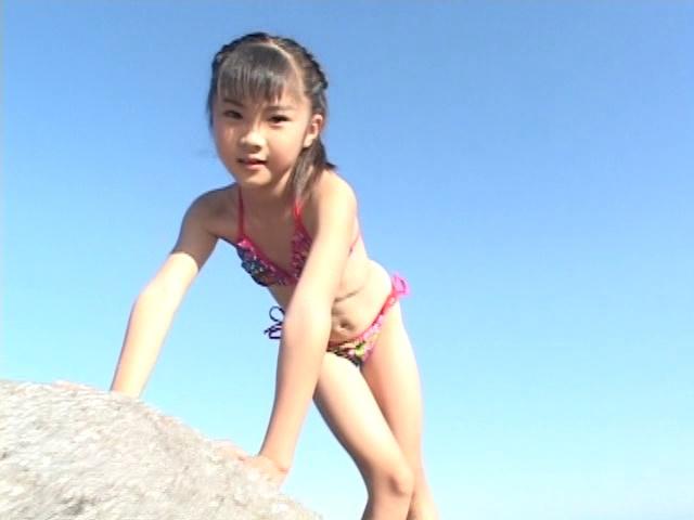 海の岩場で遊ぶカラフルなビキ二姿のU12JSジュニアアイドル三浦璃那ちゃん
