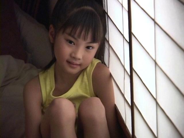 膝を抱えてポージングするタンクトップ姿のU12JSジュニアアイドル三浦璃那ちゃん