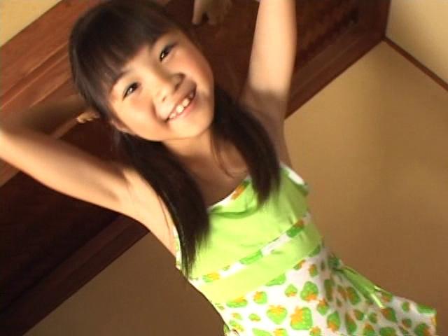はしゃぐ緑のタンクトップとスカート姿のU12JSジュニアアイドル三浦璃那ちゃん