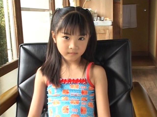 椅子に座るネコ柄の水着姿のU12JSジュニアアイドル三浦璃那ちゃん