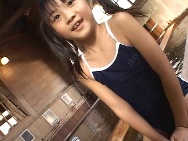 温泉の淵に跨るスクール水着姿のU12JSジュニアアイドル三浦璃那ちゃん