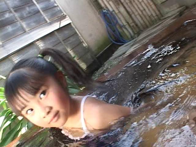 温泉入浴を楽しむスクール水着姿のU12JSジュニアアイドル三浦璃那ちゃん