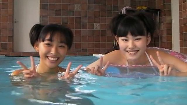 ビキ二姿の河合玲奈ちゃんと瑞野杏ちゃんが笑顔でダブルピース