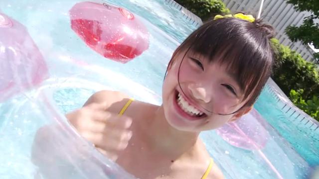 黄色のビキ二姿でプールでこちらに笑顔を向けるU12JSジュニアアイドル黒宮れいちゃん