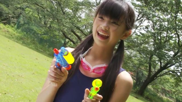 スクール水着姿で水鉄砲で遊ぶU12JSジュニアアイドル黒宮れいちゃん
