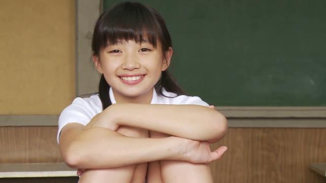 体操着を着て体育座りしながら微笑むU12JSジュニアアイドル黒宮れいちゃん