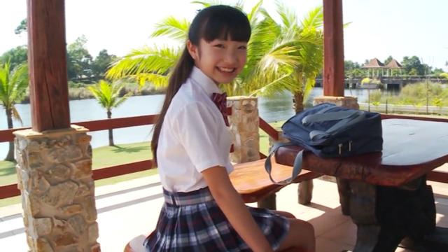 制服姿でベンチに座って微笑むU12ジュニアアイドル佐々木桃華ちゃん