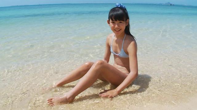 ビーチで座って微笑む水色ビキ二姿のU12JSジュニアアイドル竹下美羽ちゃん