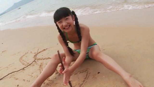ビーチで砂遊びするビキ二姿のU12ジュニアアイドル佐々木桃華ちゃん