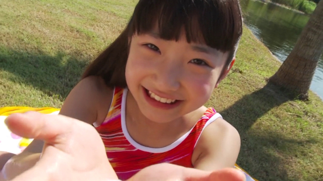笑顔で両手を差し出すスポーツウェア姿のU12ジュニアアイドル佐々木桃華ちゃん