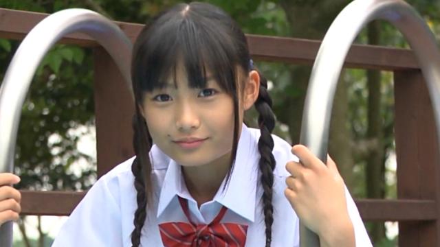 三つ編み制服姿でこちらを見つめるU15JCジュニアアイドル西野花恋ちゃん