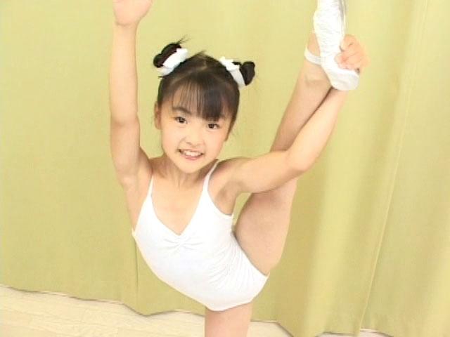 Y字バランスをする白のレオタード姿のU12JSジュニアアイドル杏なつみちゃん