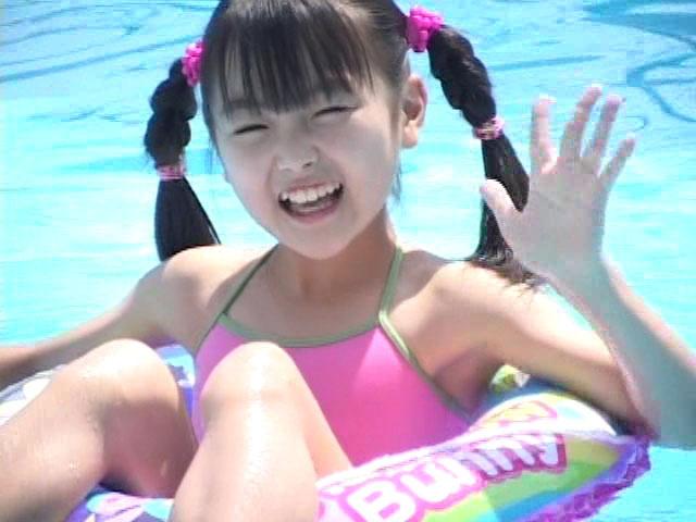 プールで浮き輪に浮いて手を振るピンクの水着姿のU12JSジュニアアイドル杏なつみちゃん