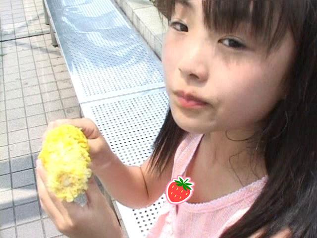 コーンを食べるピンクのトップス姿のU12JSジュニアアイドル杏なつみちゃんのハプニングシーン