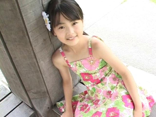 花柄ワンピース姿で微笑むU12JSジュニアアイドル杏なつみちゃん