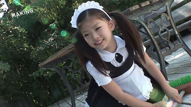 微笑むメイド服姿のU12JSジュニアアイドル水谷彩音ちゃん