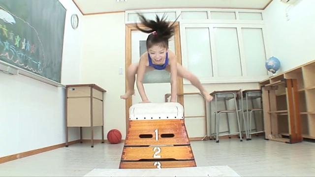跳び箱を跳ぶ競泳水着姿のU12JSジュニアアイドル水谷彩音ちゃん