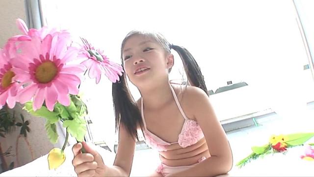 お花を手にするピンクのビキ二姿のU12JSジュニアアイドル水谷彩音ちゃん
