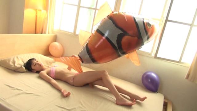 ピンクの極小チューブトップビキ二姿でベッドに寝そべるU12JSジュニアアイドル新倉ひまりちゃん