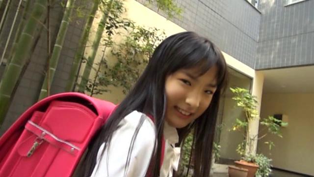 制服姿でランドセルを背負って微笑むU12JSジュニアアイドル新倉ひまりちゃん