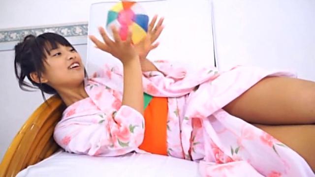 浴衣姿でベッドに寝そべりながら紙風船で遊ぶU15JCジュニアアイドル沖田彩花ちゃん。浴衣の裾がはだけている