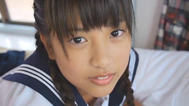 セーラー服姿のU15JCジュニアアイドル沖田彩花ちゃんがこちらに微笑んでいる