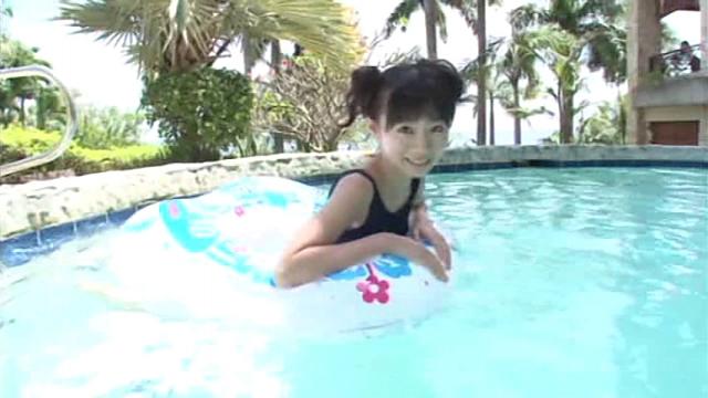 プールで浮き輪で遊ぶスクール水着姿のU15JCジュニアアイドル葉月らんちゃん