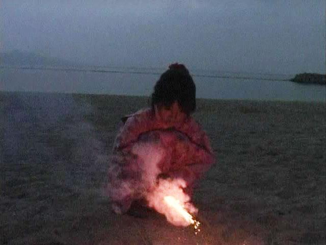 ビーチで浴衣姿でしゃがみこんでU12JSジュニアアイドル苺ゆいちゃん